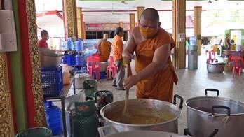 タイ コロナと闘う寺院